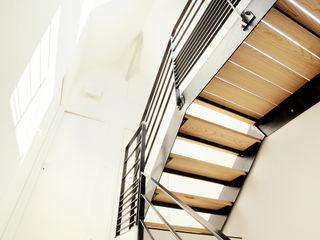 Aménagement de cage d'escalier O2 Concept Architecture Couloir, entrée, escaliers scandinaves Métal Blanc