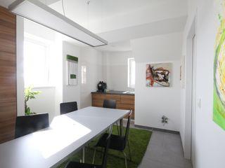 Besprechungsraum Kathameno Interior Design e.U. Moderne Geschäftsräume & Stores