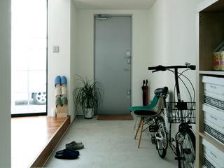 AtelierorB Industrialer Flur, Diele & Treppenhaus Grau