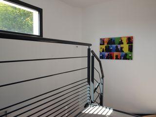 Maison cubique ultra contemporaine dans le Rhône Pierre Bernard Création Couloir, entrée, escaliers modernes Fer / Acier