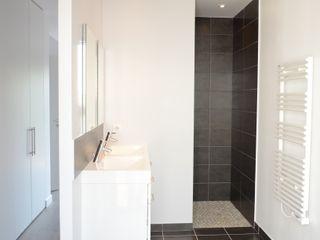 Maison cubique ultra contemporaine dans le Rhône Pierre Bernard Création Salle de bain moderne Gris
