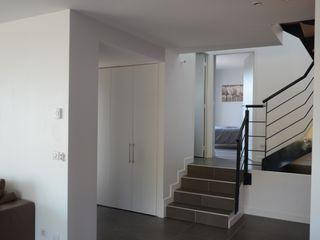 Maison cubique ultra contemporaine dans le Rhône Pierre Bernard Création Couloir, entrée, escaliers modernes