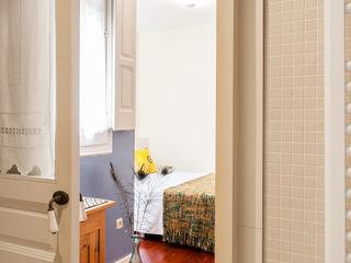Ensuite bedroom Markham Stagers Спальня в стиле модерн