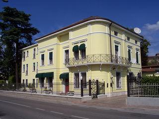 Villetta gialla elegante Eleni Decor Case classiche