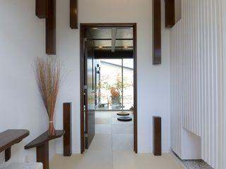松浦一級建築設計事務所 Corridor, hallway & stairsStorage Wood White