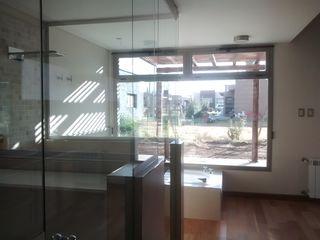 Azcona Vega Arquitectos Modern style bathrooms