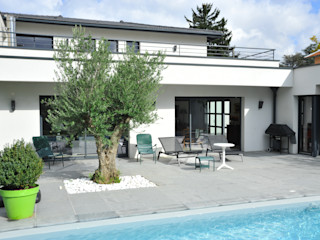 Maison méditerranéene actuelle Pierre Bernard Création Balcon, Veranda & Terrasse modernes