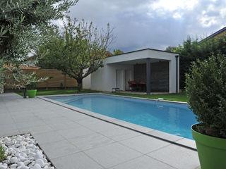 Maison méditerranéene actuelle Pierre Bernard Création Piscine moderne