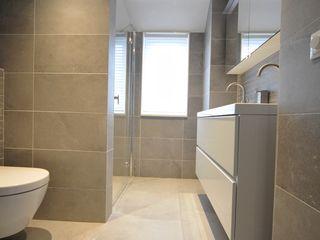 AGZ badkamers en sanitair Baños de estilo moderno Azulejos Gris