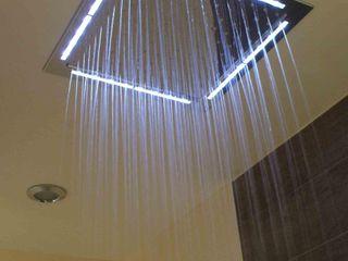 Maison avec piscine au design très original mixant les différents styles Pierre Bernard Création Salle de bainBaignoires & douches