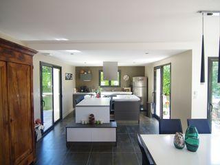 Maison avec piscine au design très original mixant les différents styles Pierre Bernard Création Cuisine moderne