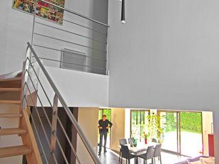 Maison avec piscine au design très original mixant les différents styles Pierre Bernard Création Couloir, entrée, escaliers modernes