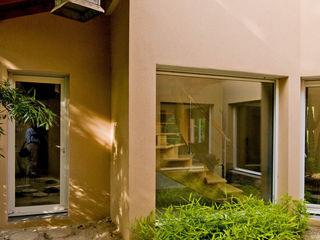 Maison à l'architecture originale avce piscine Pierre Bernard Création Couloir, entrée, escaliers asiatiques