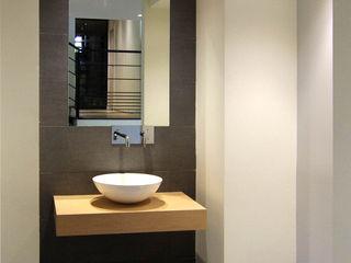Maison au design moderne avec piscine Pierre Bernard Création Salle de bain minimaliste