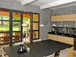 Maison de plain pied avec sol en pierre au design méditerranéen Pierre Bernard Création Cuisine méditerranéenne Gris