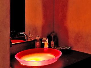 Maison avec couloir vitré et mobilier bois Pierre Bernard Création Salle de bainLavabos Orange