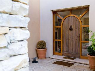 Maison avec couloir vitré et mobilier bois Pierre Bernard Création Portes en bois Bois Marron