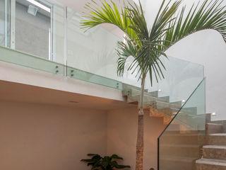 Tato Bittencourt Arquitetos Associados Modern corridor, hallway & stairs