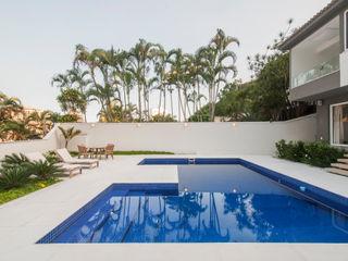 Tato Bittencourt Arquitetos Associados Modern pool