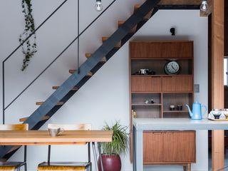 ALTS DESIGN OFFICE Кухня в рустикальном стиле Дерево Коричневый