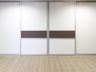 Elfa Deutschland GmbH Dormitorios modernos: Ideas, imágenes y decoración Blanco