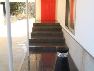 アトリエ・アースワーク Scandinavian corridor, hallway & stairs