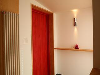 アトリエ・アースワーク Scandinavian corridor, hallway & stairs Red