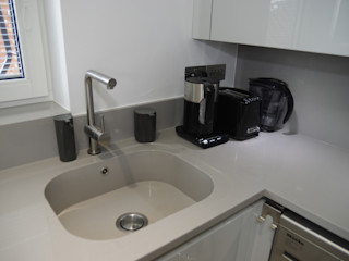 Simple and bright interior PTC Kitchens Modern Kitchen