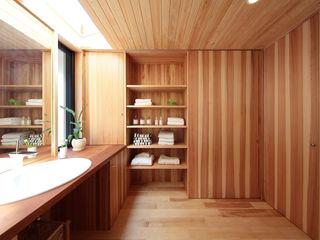 四季の住まい株式会社 Baños de estilo ecléctico Madera maciza Acabado en madera