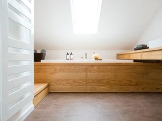 BAD IM DACHSTUDIO Eva Lorey Innenarchitektur Moderne Badezimmer Holz