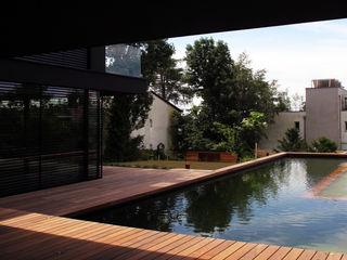 EL Architekt Zoran Bodrozic Minimalistischer Balkon, Veranda & Terrasse Holz Schwarz