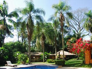Eduardo Novaes Arquitetura e Urbanismo Ltda. Tropical style garden
