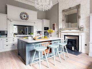 Tudor Handpainted Kitchen Sculleries of Stockbridge キッチンキャビネット&棚