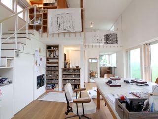 Mimasis Design/ミメイシス デザイン Ruang Media Gaya Eklektik Kayu White