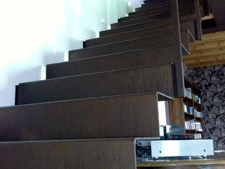 Il fascino dell'acciaio corten Ideal Ferro snc Ingresso, Corridoio & Scale in stile moderno Ferro / Acciaio Marrone
