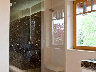 Ströhmann Steindesign GmbH Baños de estilo moderno Caliza Negro