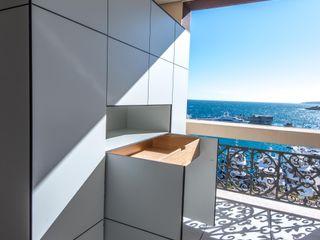 design@garten - Alfred Hart - Design Gartenhaus und Balkonschraenke aus Augsburg Balcon, Veranda & Terrasse minimalistes Bois composite Gris