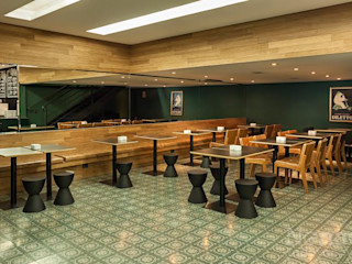 Riskalla & Mueller Arquitetura e Interiores Bares y clubs de estilo moderno Madera maciza Verde