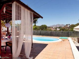 custom casa home staging Balkon, Beranda & Teras Gaya Mediteran