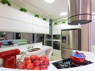 Designer de Interiores e Paisagista Iara Kílaris Cocinas de estilo moderno Mármol Blanco