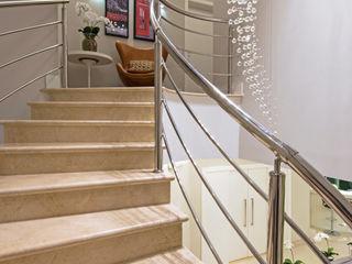 Designer de Interiores e Paisagista Iara Kílaris Pasillos, vestíbulos y escaleras de estilo moderno Mármol Beige