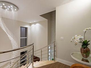 Designer de Interiores e Paisagista Iara Kílaris Pasillos, vestíbulos y escaleras de estilo moderno Beige