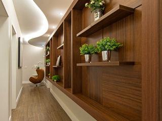 Designer de Interiores e Paisagista Iara Kílaris Pasillos, vestíbulos y escaleras de estilo moderno Madera Marrón