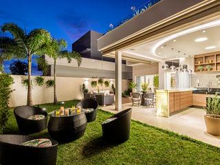 Designer de Interiores e Paisagista Iara Kílaris Balcones y terrazas de estilo moderno