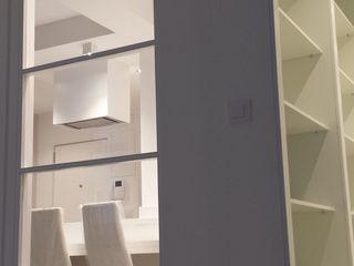 Reforma de apartamento de 48m2 X52 Interiorismo Dormitorios de estilo moderno Madera Blanco