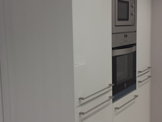 Reforma de apartamento de 48m2 X52 Interiorismo Cocinas de estilo moderno Madera Blanco