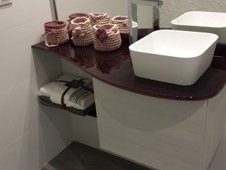 Reforma de apartamento de 48m2 X52 Interiorismo Baños de estilo moderno Tablero DM Blanco
