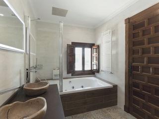 House on vineyards Raul Garcia Studio Ванная комната в рустикальном стиле