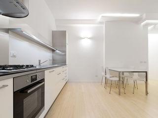 Giochi di luce e trasparenze PAZdesign Cucina attrezzata Bianco