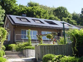 Dacheindeckung mit Tondachziegeln (Biberziegel) und Photovoltaik-Anlage Heinrich Henke GmbH Klassische Häuser Ziegel Schwarz